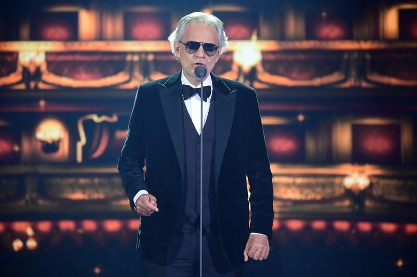 Koncert transmitowany na żywo na cały świat z Teatru Królewskiego w Parmie odbył się 12 grudnia 2020. Poniżej możecie zobaczyć też wspólny występ Bocellego i jego córki Virginii.
