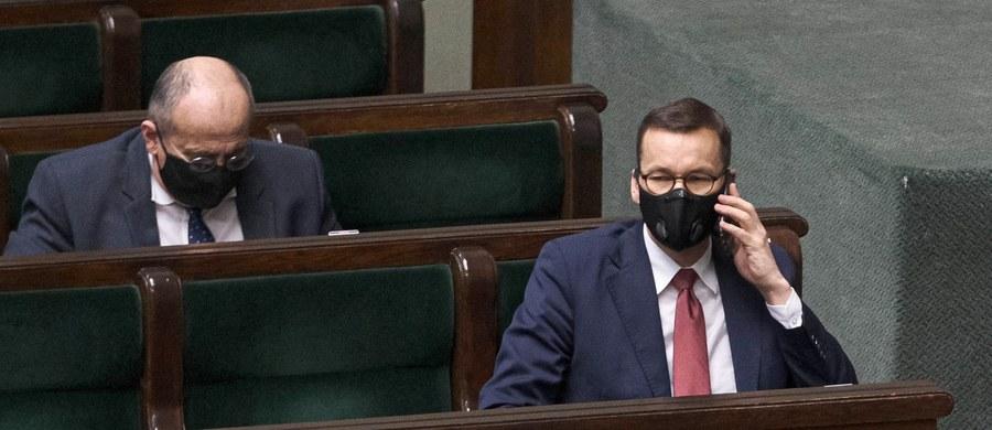 """""""Światełko już widzimy. Są nim szczepienia"""" - stwierdził w wywiadzie dla """"Gazety Polskiej"""" premier Mateusz Morawiecki pytany o światełko w tunelu w walce z epidemią koronawirusa. """"Jeśli dostawy preparatów będą przebiegać według planu i ludzie masowo będą zgłaszać się do zaszczepienia, to w drugim kwartale przyszłego roku zaczniemy powoli wychodzić z epidemii"""" - dodał."""