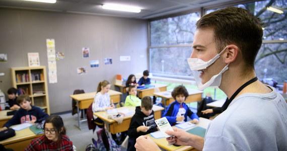 """Kilkadziesiąt największych organizacji pozarządowych zajmujących się edukacją bije na alarm w sprawie problemów ze zdalną edukacją. """"Długofalowe skutki społeczne, a nawet ekonomiczne zamknięcia szkół będą odczuwalne przez lata"""" - piszą do ministra edukacji."""