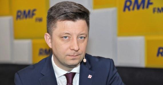 """""""Jeżeli dzisiaj Europejska Agencja Leków (EMA) zatwierdzi szczepionkę firmy Pfizer, to wszystko wskazuje, że 26 grudnia wieczorem do Polski dojedzie pierwsze blisko 10 tys. dawek szczepionki. 27 grudnia zaszczepionych zostanie pierwszych 10 tys. osób"""" – powiedział Michał Dworczyk. W Porannej rozmowie w RMF FM poruszono również kwestie kwarantanny narodowej, która ma w Polsce obowiązywać od 28 grudnia. """"Według mojej wiedzy, dziś zostanie opublikowane stosowne rozporządzenie"""" - zapowiedział gość Roberta Mazurka. Dworczył na antenie RMF FM skomentował także najnowszą decyzję rządu: zawieszenie lotów z Wielkiej Brytanii do Polski, związaną z pojawieniem się nowego szczepu koronawirusa w tym kraju. """"To po to, aby osoby, które są już na lotniskach mogły przylecieć do Warszawy""""."""