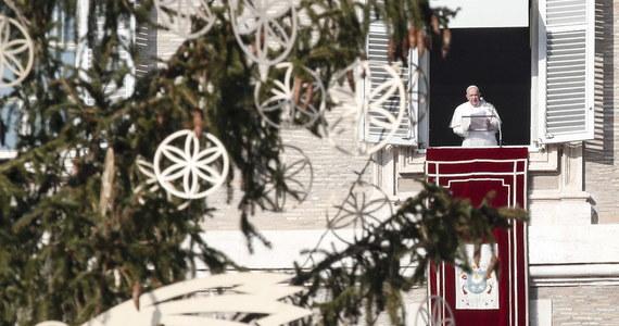 """Papież Franciszek zaapelował w niedzielę o to, by zamiast narzekać na restrykcje z powodu pandemii pomagać innym. Podczas ostatniego spotkania z wiernymi przed świętami mówił: """"konsumpcjonizm skonfiskował nam Boże Narodzenie""""."""