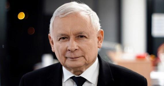 """""""Jeżeli tylko Covid minie, to będzie kongres i wybory w PiS. Tym razem jeszcze będę kandydował. Ale na pewno ostatni raz"""" - przyznał w rozmowie z """"Rzeczpospolitą"""" prezes Prawa i Sprawiedliwości Jarosław Kaczyński. """"Warto wierzyć starym, wielkim instytucjom. Wiek kanoniczny w Kościele to 75 lat. To wystarczy. Ale to nie oznacza, że będę w polityce do tego wieku. Może odejdę wcześniej"""" - stwierdził."""