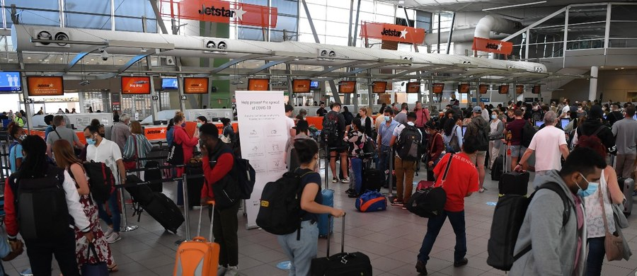 Ze względów bezpieczeństwa loty z Wielkiej Brytanii do Polski zostaną zawieszone od północy z poniedziałku na wtorek. Decyzja związana jest z pojawieniem się nowej odmiany koronawirusa - podał na Twitterze rzecznik rządu Piotr Müller.