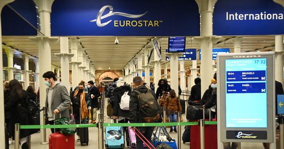 Na londyńskich dworcach pojawiły się w niedzielę tłumy mieszkańców brytyjskiej stolicy usiłujących opuścić miasto przed godz. 00.01 czasu  GMT (01.01 czasu polskiego)  kiedy wszedł w życie zakaz podróży z wyjątkiem koniecznych przypadków.