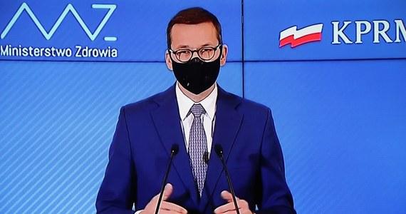 """""""Bądźmy odpowiedzialni szczególnie w Święta Bożego Narodzenia i nadchodzącego Sylwestra"""" - napisał na Facebooku premier Mateusz Morawiecki."""