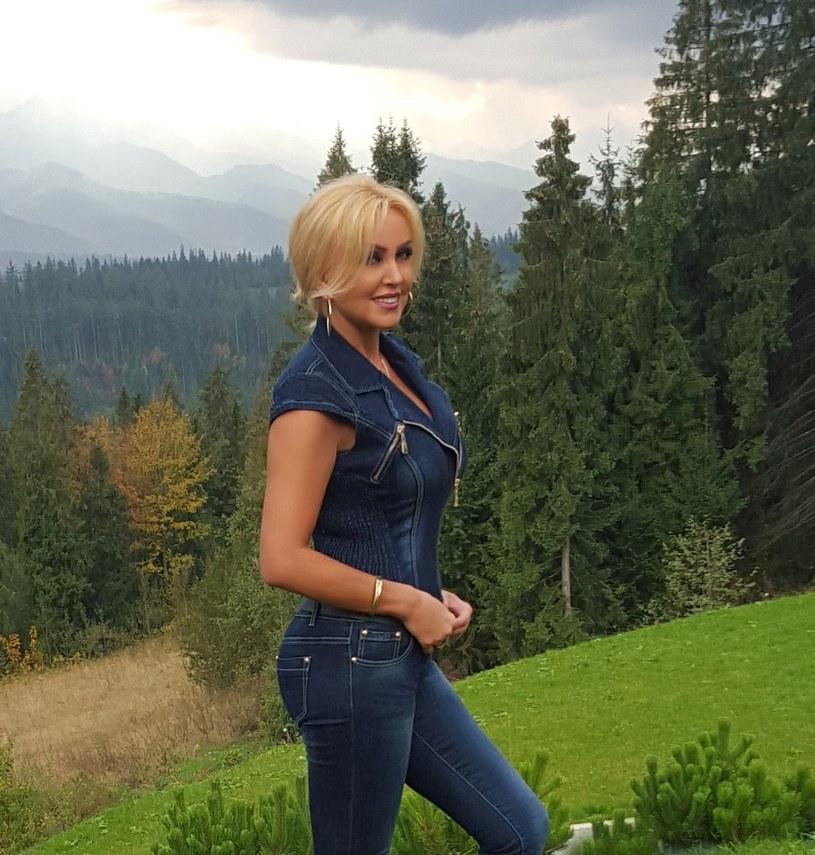 """Gwiazda """"Koncertu życzeń z Teresą Werner"""" w Polo TV gościnnie pojawia się w najnowszej piosence Sławomira. I choć nie było jej na planie teledysku, to możemy ją w nim oglądać. Jak to możliwe?"""