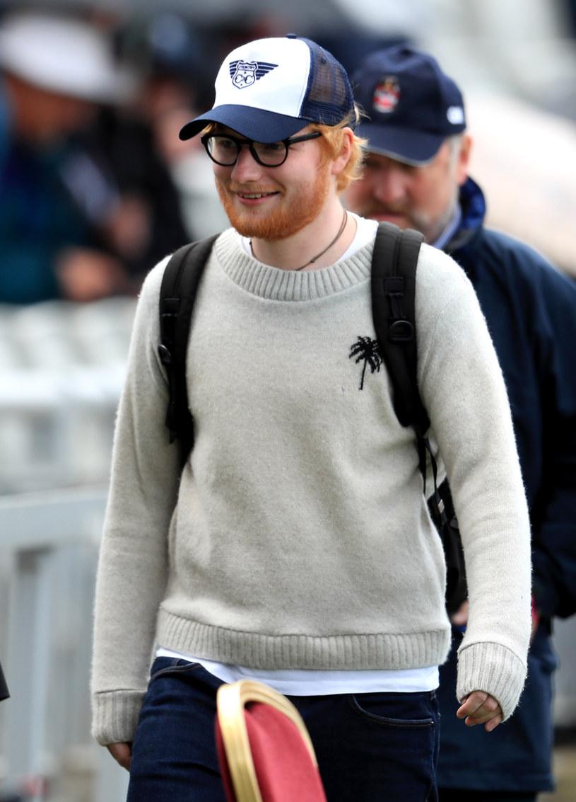 """Niespodziewanie do sieci trafił teledysk """"Afterglow"""" Eda Sheerana. W godzinę od premiery klip zanotował ponad 330 tys. odsłon."""