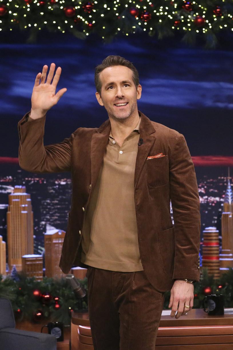 Ryan Reynolds, hollywoodzki gwiazdor, który słynie z zabawnych wpisów na Instagramie, w najnowszym poście nie był skory do żartów. Przyznał, że nie jest zadowolony z faktu, że tegoroczne święta będą mocno odbiegać od dotychczasowej tradycji. Aktor z powodu pandemii w tym roku Boże Narodzenie spędzi jedynie w najbliższym gronie.