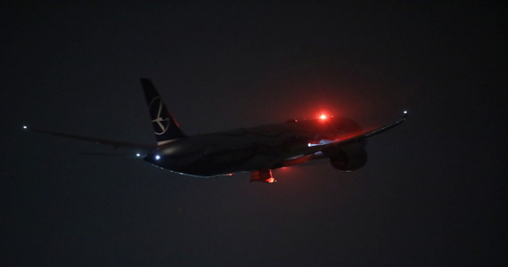 Od wtorku 22 grudnia do 6 stycznia 2021 roku obowiązywać będzie zakaz lądowania w Polsce samolotów z lotnisk położonych na terytorium Wielkiej Brytanii: przepisy w tej sprawie wprowadza opublikowane właśnie w Dzienniku Ustaw rządowe rozporządzenie. Decyzja o zablokowaniu lotów z Wysp jest pokłosiem pojawienia się w Wielkiej Brytanii nowej, bardziej zaraźliwej odmiany koronawirusa.