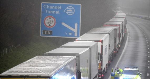 O wsparcie dla kierowców ciężarówek z Polski, którzy utknęli w Wielkiej Brytanii, apelują do rządu organizacje transportowe. Tysiące kierowców - w tym wielu Polaków - nie mogą wydostać się z Wysp po nagłej decyzji Francji o całkowitym wstrzymaniu przewozów drogowych z Wielkiej Brytanii. Powodem decyzji Paryża jest wykrycie na Wyspach nowej, bardziej zaraźliwej odmiany koronawirusa.