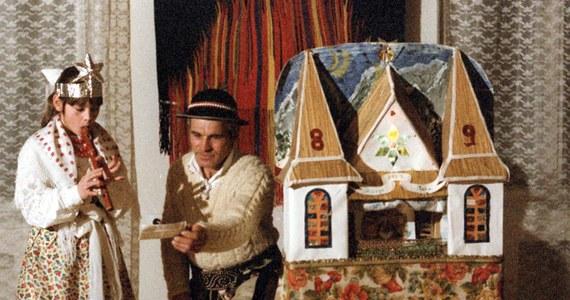 Święta Bożego Narodzenia to nie tylko tradycyjne potrawy, regionalne zwyczaje, ale także wyjątkowe słownictwo. Takich oryginalnych słów i wyrażeń nie brakuje w polskich gwarach. Jak więc w gwarze podhalańskiej brzmi wigilia i kolędnicy? Kto pod Tatry przynosi prezenty? Co lub kogo oznacza połaźnik? Oto nasz świąteczny słownik po góralsku!