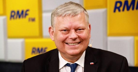 """""""Chyba się zaszczepię, chociaż mam pewne obawy. Tu nie chodzi o strach. Bardzo wielu ludzi się trochę waha, ja też"""" – przyznał w Porannej rozmowie w RMF FM Marek Suski. Poseł Prawa i Sprawiedliwości skomentował także deklaracje prezesa partii, według których Jarosław Kaczyński ma ubiegać się o fotel szefa ugrupowania po raz ostatni. """"Być może prezes Kaczyński będzie dłużej z nami w polityce niż tylko do końca swojej kolejnej kadencji prezesa PiS-u"""" - dodał gość Roberta Mazurka."""