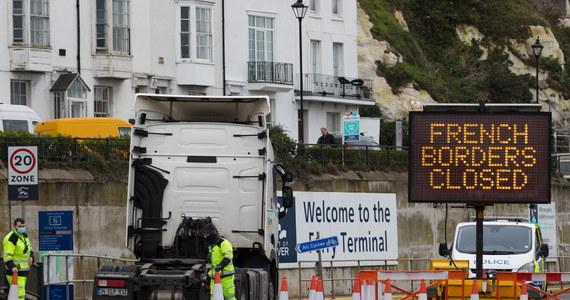 """W środę rozpoczną się testy na obecność koronawirusa u kierowców ciężarówek, którzy czekają na możliwość wjazdu do Francji - zapowiedział we wtorek wieczorem brytyjski minister transportu Grant Shapps. Wbrew początkowym informacjom, będą to szybkie testy. Wielka Brytania osiągnęła porozumienie z Francją ws. przywrócenia ruchu przez kanał La Manche. Wcześniej przekroczenie brytyjsko-francuskiej granicy było niemożliwe przez nagłą decyzję Paryża. Władze we Francji - w obawie przed nowym szczepem koronawirusa - postanowiły zamknąć granicę z Wielką Brytanią. Mimo zapowiedzi, sytuacja kierowców wcal się nie poprawiła. """"Jesteśmy jak w więzieniu"""" - tak mówią w rozmowie z RMF FM polscy kierowcy czekający od kilku dni na możliwość przekroczenia kanału La Manche - wyjazd z Wielkiej Brytanii i wjazd do Francji."""