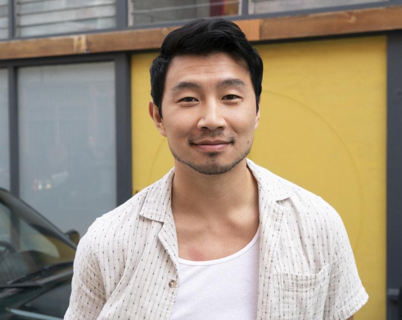 """Pochodzący z Chin aktor Simu Liu niedawno zagrał w filmie Marvela """"Shang Chi and the Legend of the Ten Rings"""", w którym wcieli się w rolę tytułowego bohatera. Kolejnym projektem, w jakim weźmie udział, będzie film """"Arthur the King"""", w którym wystąpi u boku Marka Wahlberga. Dociekliwi fani przypomnieli Liu historię sprzed lat i zarzucili mu hipokryzję."""