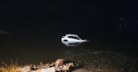 70-letni kierowca tak zaufał swojej nawigacji, że wjechał nowym samochodem z nabrzeżnego pirsu wprost do Wisły. Do wypadku doszło w miejscowości Gassy na Mazowszu. Na szczęście mężczyzna zdołał wydostać się z zatopionego auta o własnych siłach.