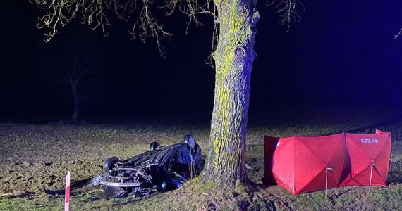 Policja i prokuratura wyjaśniają okoliczności tragicznego wypadku, do którego doszło wczoraj w miejscowości Borzytuchom koło Bytowa na Kaszubach. Na miejscu zginęli 17- i 19-latek.
