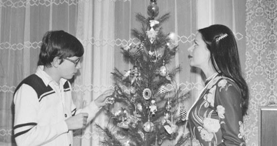 Polacy uwielbiają Boże Narodzenie. Potwierdzają to chociażby archiwalne zdjęcia zgromadzone w Narodowym Archiwum Cyfrowym. Przygotowaliśmy dla Was specjalną galerię zdjęć, w której zobaczycie, jak przed laty wyglądały przystrojone choinki, przedświąteczne zakupy czy wreszcie wieczerze wigilijne.