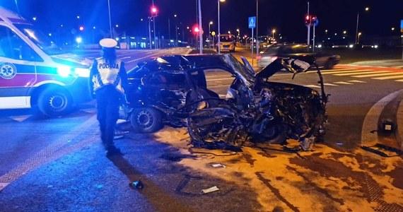 28-letni mężczyzna spowodował wypadek w Białymstoku, porzucił auto i uciekał razem z pięcioletnim dzieckiem.  Kierowcę, zatrzymał policjant - przewodnik z psem.  W wypadku dwie osoby zostały ranne, trafiły do szpitala. Jak informuje reporter RMF FM Piotr Bułakowski 28-latek był trzeźwy.
