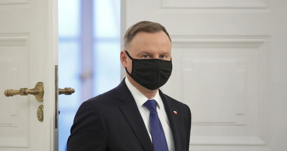 """Ponieważ chorowałem na Covid-19 nabyłem odporności, więc jeśli będę się szczepił, to w ostatniej kolejności - mówi w rozmowie z """"Gościem Niedzielnym"""" prezydent Andrzej Duda."""