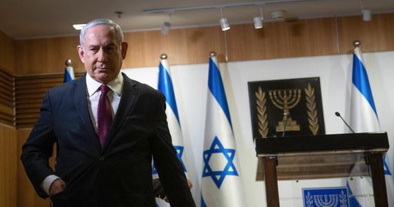 Premier Izraela Benjamin Netanjahu i ministerstwo zdrowia ogłosili w czwartek trzeci ogólnokrajowy lockdown, który wejdzie w życie w niedzielę i potrwa dwa tygodnie. Decyzja została podjęta, ponieważ dobowa liczba zakażeń koronawirusem wzrosła w ostatnich dniach do ponad 3 tys.