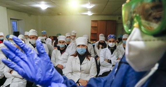 505 osób zmarło minionej doby we Włoszech na Covid-19, potwierdzono 18 040 kolejnych zakażeń koronawirusem - przekazało ministerstwo zdrowia. Od początku pandemii koronawirusem zainfekowało się tam ponad 2 mln osób, ponad 70 tys. z nich zmarło. Jak ogłosiła federacja izb lekarskich, wśród zmarłych jest aż 270 lekarzy.