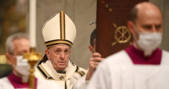 """""""O to właśnie chodzi w Bożym Narodzeniu: narodziny Jezusa są nowością, która pozwala nam rodzić się co roku na nowo, znaleźć w Nim siłę, by stawić czoło każdej próbie"""" - powiedział podczas pasterki w Watykanie papież Franciszek. """"Nienasyceni posiadaniem, rzucamy się do tak wielu żłobów próżności, zapominając o żłóbku w Betlejem. Ten żłóbek, ubogi we wszystko a bogaty w miłość, uczy, że pokarmem życia jest dać się miłować Bogu i kochać innych - dodał. Nabożeństwo ze względów sanitarnych odbyło się w znacznie mniejszym gronie, niż w ubiegłych latach. Uczestniczyło w nim około 200 osób."""