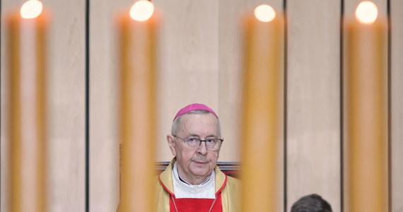 """""""Pamiętajmy zawsze o tym, że przegrana w walce duchowej jest dziś o wiele groźniejsza niż porażka w zmaganiach z koronawirusem"""" – mówił w czasie pasterki w poznańskiej katedrze przewodniczący Konferencji Episkopatu Polski, abp Stanisław Gądecki. """"Przegranie walki duchowej prowadzi nieodzownie do przegrania wszystkich innych bitew, również tych toczących się o zdrowie i życie doczesne"""" – zaznaczył."""