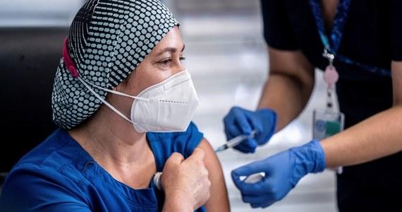 """Krajowe władze sanitarne (HAS) Francji dopuściły na wewnętrzny rynek szczepionkę na Covid-19 wyprodukowaną przez firmy Pfizer i BioNTech. Kampania szczepień rozpocznie się we Francji 27 grudnia - podaje magazyn """"L'Obs""""."""