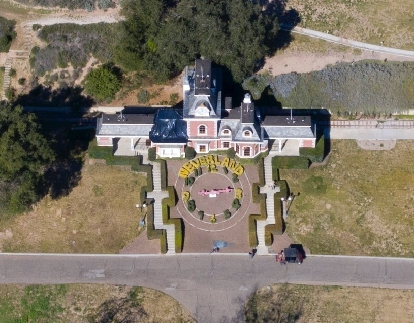 """Miliarder Ron Burkle kupił słynne ranczo Michaela Jacksona Neverland w Kalifornii - poinformowała agencja AP. Według dziennika """"Wall Street Journal"""" nieruchomość została sprzedana za 22 mln dolarów."""