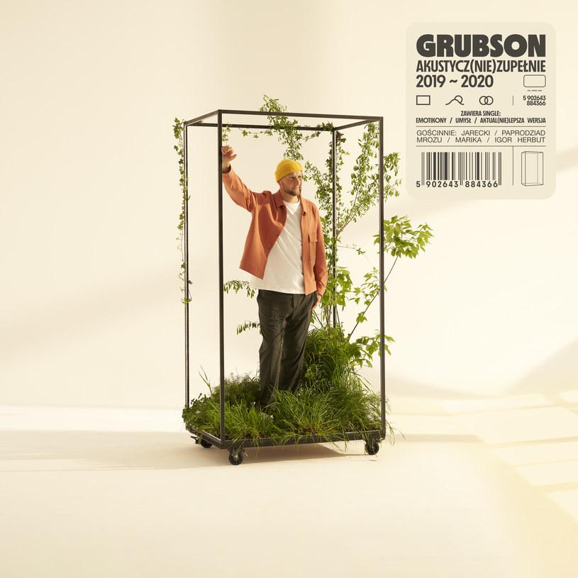 Grubson swoje 100 milionów już ma, a mimo tego na hiphopowym szczycie ciągle nie jest i już raczej się tam nie znajdzie. Nie pomoże w tym też najnowszy album, oferujący dobrze znany vibe z czterema elementami w tle, któremu tym razem znacznie bliżej do alternatywki i popijania włoskiego espresso na Zbawixie.