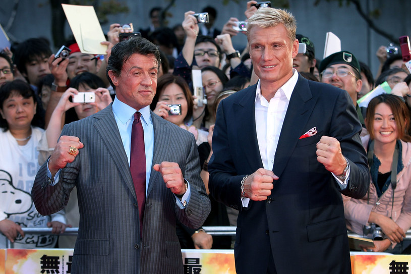 """Sylvester Stallone pochwalił się szampanem, którego otrzymał pod choinkę od Dolpha Lundgrena. Obaj atletyczni aktorzy spotkali się na ekranie w """"Rockym IV"""", a później w spin offie serii o Rockym: obrazie """"Creed II"""". Razem zagrali także w filmie akcji """"Niezniszczalni""""."""