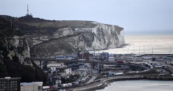 """Jak wygląda sytuacja kierowców TIR-ów, którzy czekają na przejazd z Wielkiej Brytanii do Francji? Wśród nich przeprowadzono już ponad 15,5 tys. testów na obecność koronawirusa. Jak informuje brytyjski minister transportu, tylko 36 dało wynik pozytywny. Shapps powiedział, że dawne lotnisko Manston, które przez ostatnie kilka dni było wykorzystywane jako parking dla kilku tysięcy ciężarówek, jest już puste i kolejne pojazdy nie będą tam kierowane. Jak się okazuje, rzeczywistość wygląda nieco inaczej. """"Za nami ciągnie się jeszcze około 20 km korka, to jest kilka tysięcy aut następnych. Mało tego, nasi koledzy  z firmy są zamknięci na parkingu koło Londynu"""" – mówi w rozmowie z RMF FM pan Maciej z Chojnic, który Boże Narodzenie spędził na parkingu."""