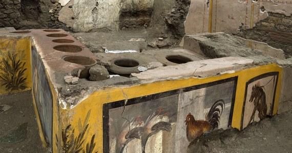 Stragan, na którym sprzedawano uliczne jedzenie, został odnaleziony podczas wykopalisk na terenie starożytnych Pompejów. Zdjęcia prezentujące to niezwykłe odkrycie zostały opublikowane w sobotę. Największe wrażenie robią odsłonięte dobrze zachowane freski.