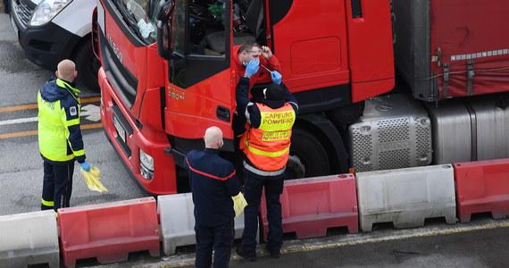 W Anglii wykonaliśmy ponad 1,2 tys. testów. Sprawdzaliśmy ciężarówkę za ciężarówką. Po całej nocy robienia wymazów, zmęczeni, zobaczyliśmy piękny widok pustego placu przed portem - powiedział PAP dyrektor Szpitala Tymczasowego na Stadionie PGE Narodowy dr Artur Zaczyński, który brał udział w akcji testowania kierowców w Dover.