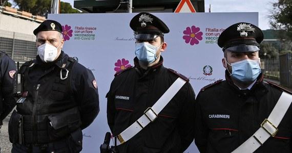 261 osób zmarło minionej doby we Włoszech na Covid-19, potwierdzono 10 407 nowych zakażeń koronawirusem - podało w sobotę Ministerstwo Zdrowia. Ten spadek zgonów i infekcji zarejestrowano przy mniejszej niż zwykle liczbie testów; wykonano ich 81 tysięcy. W Wigilię przeprowadzono zaś 152 tysiące testów.