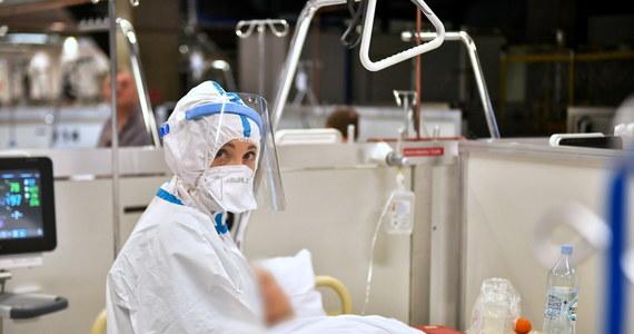 O 3 678 nowych zakażeniach koronawirusem i śmierci 57 chorych na Covid-19 poinformował dzisiaj resort zdrowia. Co jednak istotne, niższy bilans nowych zakażeń jest efektem przeprowadzania w święta znacznie mniejszej niż zazwyczaj liczby testów na koronawirusa. Całkowita liczba zakażeń SARS-CoV-2 wykrytych w naszym kraju od początku pandemii zbliża się do 1,26 mln, a całkowita liczba ofiar śmiertelnych sięga już 27 118.