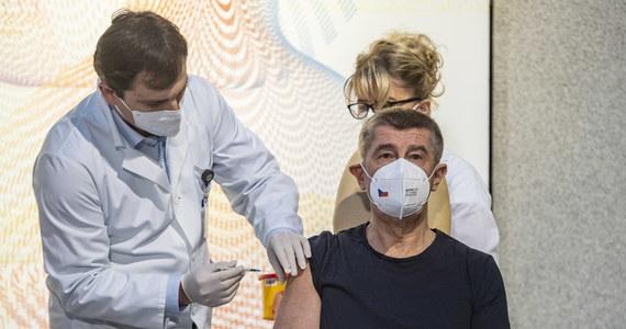 Czeski premier Andrej Babisz został zaszczepiony jako pierwsza osoba w kraju przeciwko Covid-19 w ramach unijnej kampanii szczepień, która się dziś rozpoczęła. Pierwsza partia 10 tys. szczepionek firm Pfizer i BioNTech dotarła do Czech wczoraj.