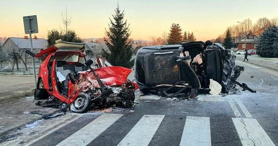 Dwie osoby zginęły i dwie zostały ranne w wypadku samochodowym, który wydarzył się nad ranem w miejscowości Blizne na Podkarpaciu.