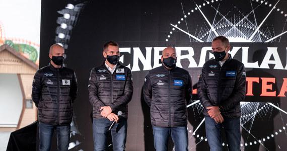 Energylandia Rally Team zadebiutuje w Rajdzie Dakar! Zespół tworzą bracia Marek i Michał Goczał wraz ze swoimi pilotami - Rafałem Martonem i Szymonem Gospodarczykiem. Przygotowania do startu w najtrudniejszym rajdzie na świecie trwały od momentu debiutu zespołu w rajdach Cross Country. Oficjalne potwierdzenie nastąpiło 15 października. Zespół Energylandia Rally Team będzie rywalizować w klasie Side by Side (UTV). Kategoria ta została dołączona do klasyfikacji Rajdu Dakar dopiero w 2017 roku, jednak bardzo rozwinęła się w ostatnich latach. Lista zgłoszeń z pewnością będzie imponująca. Pojazdy Can-Am Maverick, którymi wystartują bracia Goczał pochodzić będą ze stajni South Racing, która wygrała dwie ostatnie edycje Dakaru. O nadchodzącym Dakarze z Markiem Goczałem rozmawiał Paweł Pawłowski.