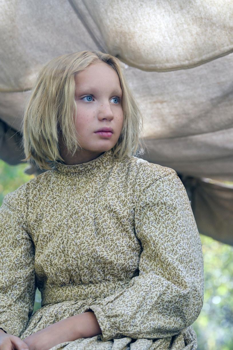 """Choć w swoim dorobku ma mnóstwo różnorodnych ról, żadna z nich nie wymagała od niego wylania tylu łez co kreacja w powstającym właśnie filmie """"Nowiny ze świata"""". Tom Hanks na planie tej produkcji co chwila zanosił się płaczem. Robił to po to, by pomóc partnerującej mu 12-letniej aktorce Helena Zengel wejść w odpowiedni nastrój przed kręceniem trudnych emocjonalnie scen."""