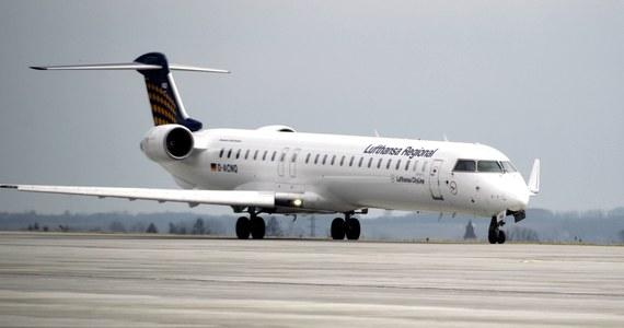 """Linie lotnicze Lufthansa, które korzystają z miliardowych pożyczek rządowych, podwyższyły """"postojowe"""" dla części pilotów do 15 000 euro miesięcznie. To wywołuje oburzenie opozycji i niedowierzanie pracowników innych branż - pisze dziennik """"Welt""""."""