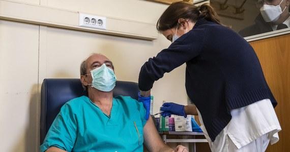Osoby powyżej 60. roku życia otrzymają zaproszenia na szczepienia i będą szczepione zaraz po grupie medyków - poinformował w poniedziałek w TVP Info wiceminister zdrowia Waldemar Kraska.