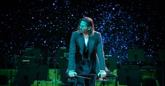"""Katowicki NOSPR i Radzimir Dębski – Jimek przygotowali niezwykły, bezpłatny koncert noworoczny. W niedzielę 3 stycznia zagrają muzykę  z najnowszego filmu George'a Clooneya """"Niebo o północy"""", którą skomponował dwukrotny zdobywca Oscara - Alexandre Desplat. """"Ta muzyka jest najbardziej odczłowieczona i człowiecza jednocześnie. Zimna, komputerowa, nieobecna, nieludzka, ale też taka najbardziej z ludzkich i romantyczna. To gdzieś się styka i walczy ze sobą w trakcie tej suity i całej ścieżki dźwiękowej"""" - opisuje w rozmowie z RMF FM Jimek."""