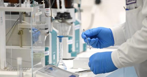 Wielka Brytania zatwierdziła szczepionkę przeciwko Covid-19 opracowaną przez koncern AstraZeneca i Uniwersytet Oksfordzki. Jest pierwszym krajem świata, który podjął taką decyzję.