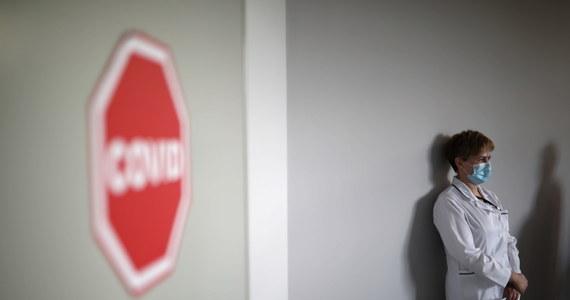 Resort zdrowia poinformował dzisiaj o 12 955 nowych zakażeniach koronawirusem w Polsce i śmierci 565 chorych na Covid-19. Całkowita liczba wykrytych w Polsce od początku pandemii przypadków SARS-CoV-2 sięga już ponad 1,28 mln, zaś liczba ofiar śmiertelnych przekroczyła 28 tysięcy.