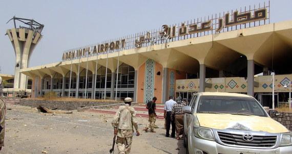 Bilans ofiar dwóch eksplozji na lotnisku w Adenie w Jemenie wzrósł do 26, jest ponad 50 rannych - pisze AFP, powołując się na źródła medyczne. Wybuchy nastąpiły tuż po wylądowaniu samolotu z członkami rządu jedności narodowej, wracającymi z Arabii Saudyjskiej.