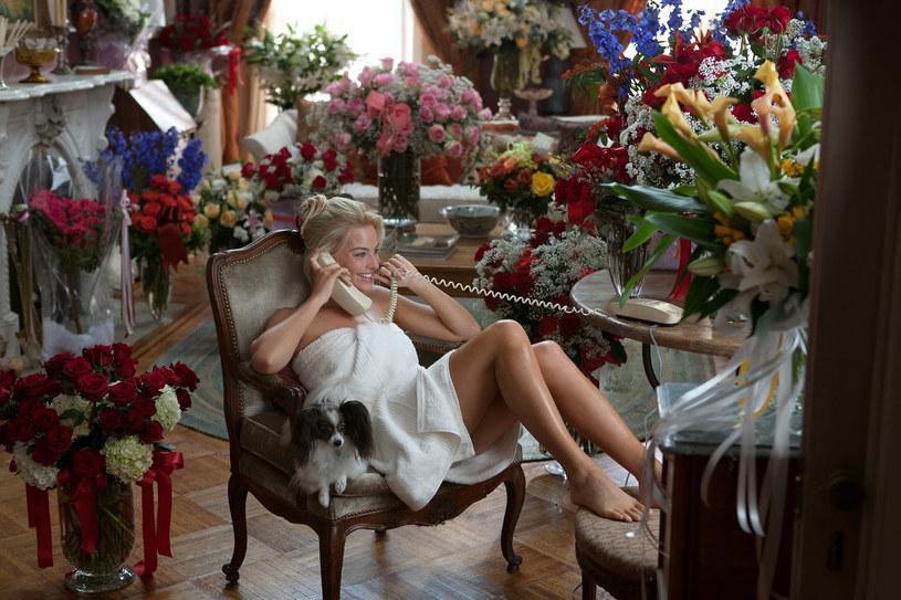 """Barbie to najbardziej popularna lalka na świecie, nic więc dziwnego, że wkrótce doczeka się filmu pełnometrażowego. W tytułowej roli w tej produkcji wystąpi Margot Robbie. Według zapowiedzi aktorki, efekt finalny zaskoczy widzów, którzy spodziewają się zupełnie czegoś innego, niż pokazane zostanie w filmie. Mają o to zadbać scenarzyści Noah Baumbach (""""Historia małżeńska"""") i Greta Gerwig (""""Małe kobietki""""). Gerwig będzie również reżyserować film """"Barbie""""."""