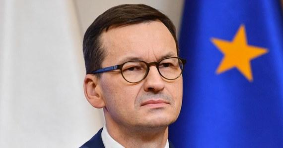 """Kancelaria Prezesa Rady Ministrów ogłosiła na Twitterze, że w noc sylwestrową będzie obowiązywał """"apel o nieprzemieszczanie się"""". Wpis jednak szybko zniknął z rządowego profilu."""