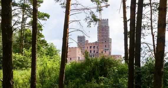 Prokuratura Okręgowa w Poznaniu skierowała do sądu akt oskarżenia przeciwko 6 osobom w sprawie budowy zamku w Stobnicy koło Obornik Wielkopolskich. Na ławie oskarżonych zasiądą m.in. inwestorzy, przedstawiciele miejscowego nadzoru budowlanego i architekt konstrukcji.