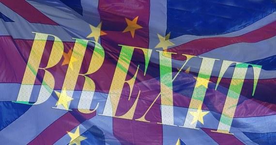 Po czterech dekadach członkostwa Wielkiej Brytanii w Unii Europejskiej brexit staje się faktem. Nadejście Nowego Roku przyniesie nie tylko sejsmiczne zmiany w relacjach Londynu i Brukseli. Utrudni życie wielu milionom ludzi, którzy przez lata przyzwyczajeni byli do swobodnego przepływu materii i idei. Ostatnie 12 miesięcy okresu przejściowego pozwoliły Europie oswoić się z tym spektakularnym rozwodem. W sylwestra o północy klamka zapadnie definitywnie, ale czy nieodwracalnie? To pokaże dopiero historia.